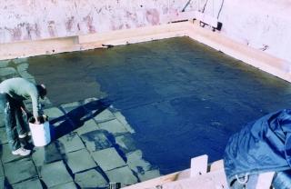 Der Bodenbelag muss nicht auf einem schwimmenden Estrich o. ä. verlegt werden