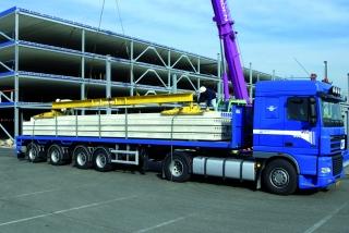 Montage eines Parkhauses vom LKW aus