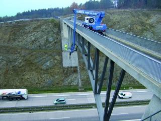 Brückenkontrollen von oben und von unten mit Arbeitsbühnen