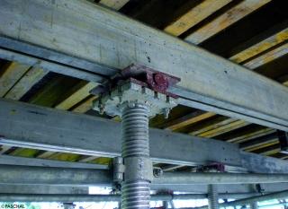 Stufenlos lassen sich Fus und Kopf millimetergenau an den Untergrund oder die abzustützende Last anpassen
