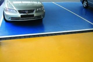 Mit dem Bodenbeschichtungssystem sind interessante Farbgestaltungen möglich (Fotos: Silikal)