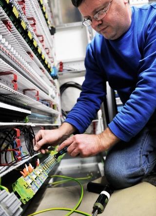 Als Schnittstelle in der Maschine dienen Platz sparende Dreistockklemmen – hier kommen sämtliche Signale an