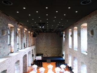 Im Schloss Hambach wurden ca. 750 qm des fugenlosen Deckensystems Alvaro Glas installiert (Foto: Lahnau Akustik GmbH)