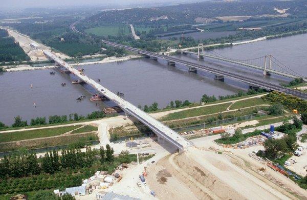 Viaduc de Roquemaure en construction avec les ponts autoroutier et suspendus à droite