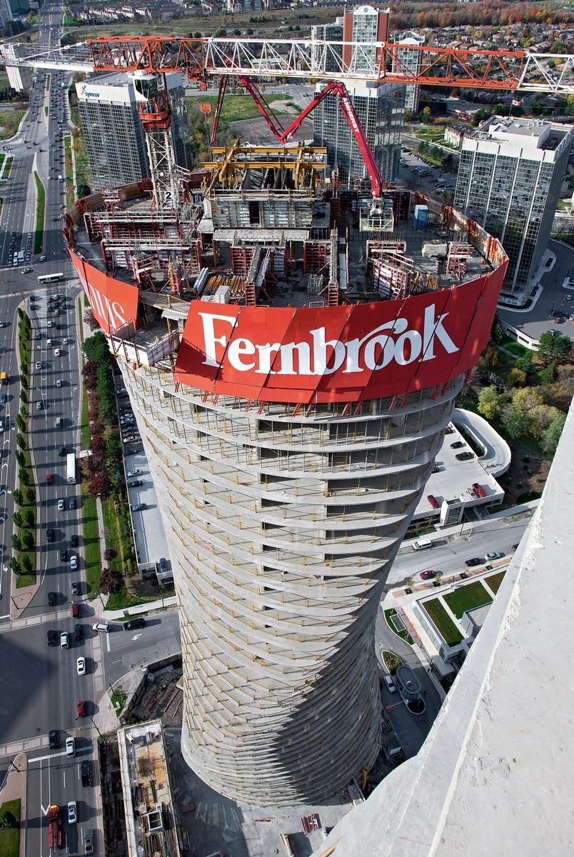 Am nördlichen Tower klettert die RCS Einhausung schräg nach oben – hydraulisch und dadurch kranunabhängig mit dem RCS Selbstkletterwerk