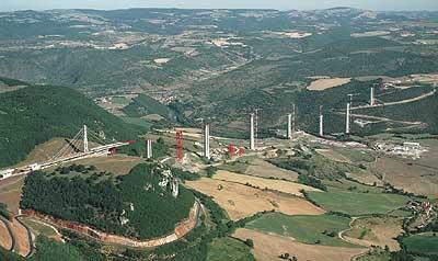 Beim Bau dieses Autobahnviaduktes nahe Millau, im Süden Frankreichs, entstehen derzeit die höchsten Brückenpfeiler der Welt. Die Fahrbahn wird auf bis zu 245 m hohen Hohlpfeilern verlaufen, die mit PERI Schalungs- und Klettertechnik erfolgreich hergestellt werden