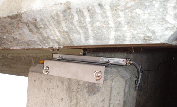 Magnetostriktive Wegsensoren am Brückenwiderlager der Ponte Nanin