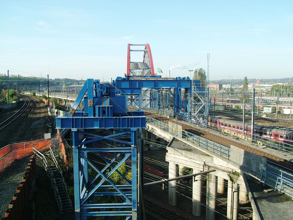 Bridge on the move: the steel railway bridge in Brussels on its way to its final position