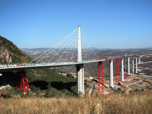 Zwischen den Betonpfeilern des Millau-Viadukts wurden riesige rote Stahltürme als temporäre Stützpfeiler errichtet. Diese Stahltürme werden mit Hydrauliksystemen von Enerpac angehoben und dienen während des Vorschubs für die 36.000 Tonnen schwere Fahrbahn aus Stahl als zusätzliche Auflagefläche