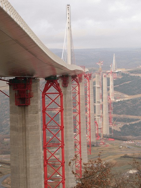 On all concrete pillars and steel temporary support piers Enerpac hydraulic launching systems are installed to push the Millau deck out into space