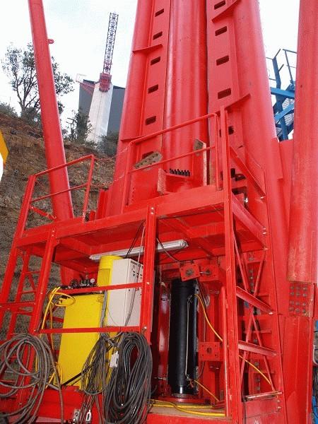 Nahaufnahme einer der vier Seiten der Kubusstruktur mit den «Zahnstangen» und dem integrierten Hydrauliksystem von Enerpac mit Zylinder, Pumpe und PLC-Steuerungseinheit zum Anheben der temporären Zwischenstützen