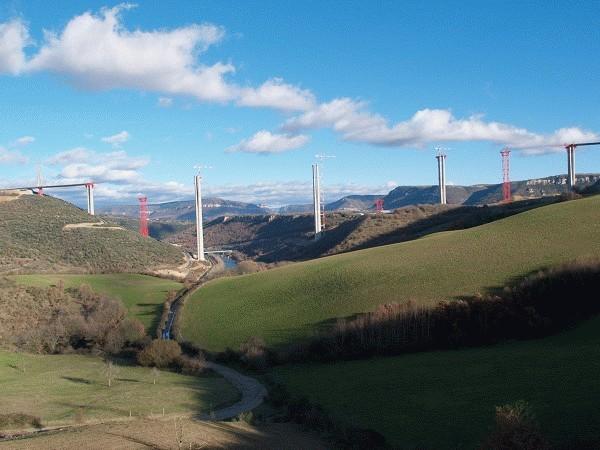 Das Millau-Viadukt nimmt langsam Gestalt an: Nach Fertigstellung der Betonpfeiler im Januar 2004 hat die Brücke bereits 1100 Meter der gesamten 2460 Meter Spannweite erreicht