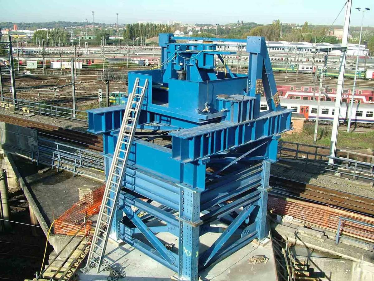 """The """"Synchronous Lifting System"""" combines hydraulics with digital control monitoring"""