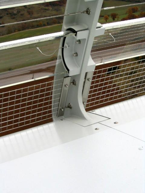 Viaduc de Millau - I-SYS Edelstahl-Seilkonfektionen, mit Außengewindeterminal verpresst, welche dort als horizontale Zwischenseile und Sicherungsseile an den äußeren Windbrechungsmanschetten entlang der Brücke eingebaut sind