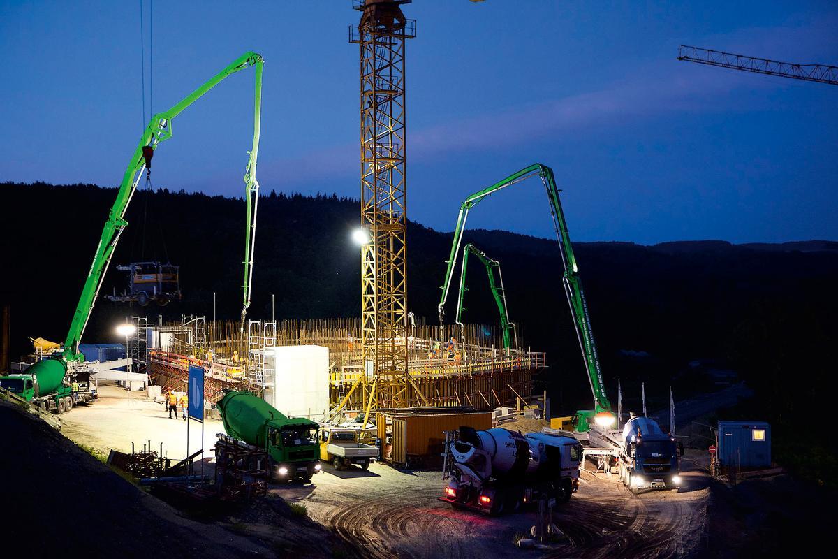 Mediendatei Nr. 213480 Auch in der Dämmerung arbeiten die Arbeiter auf der Baustelle unter Hochdruck, damit das Bauwerk pünktlich 2015 fertig wird. Mit dabei die Betonpumpen des Betonpumpendienst Nordost der Heidelberger Beton GmbH