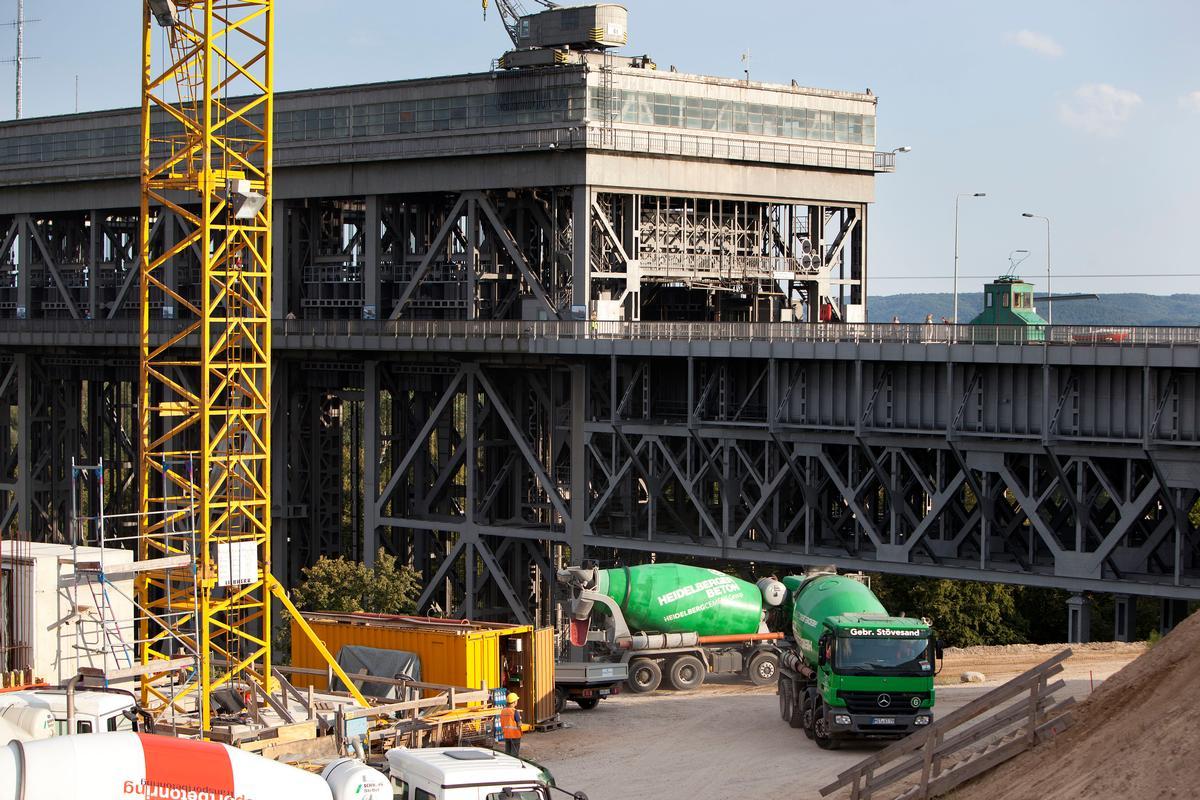 Mediendatei Nr. 213482 Die Dimensionen des großen Verkehrsbauwerks werden klar, wenn man die Fahrmischer der TBG Transportbeton Oder-Spree GmbH & Co. KG als Beteiligung der Heidelberger Beton GmbH im Vordergrund betrachtet