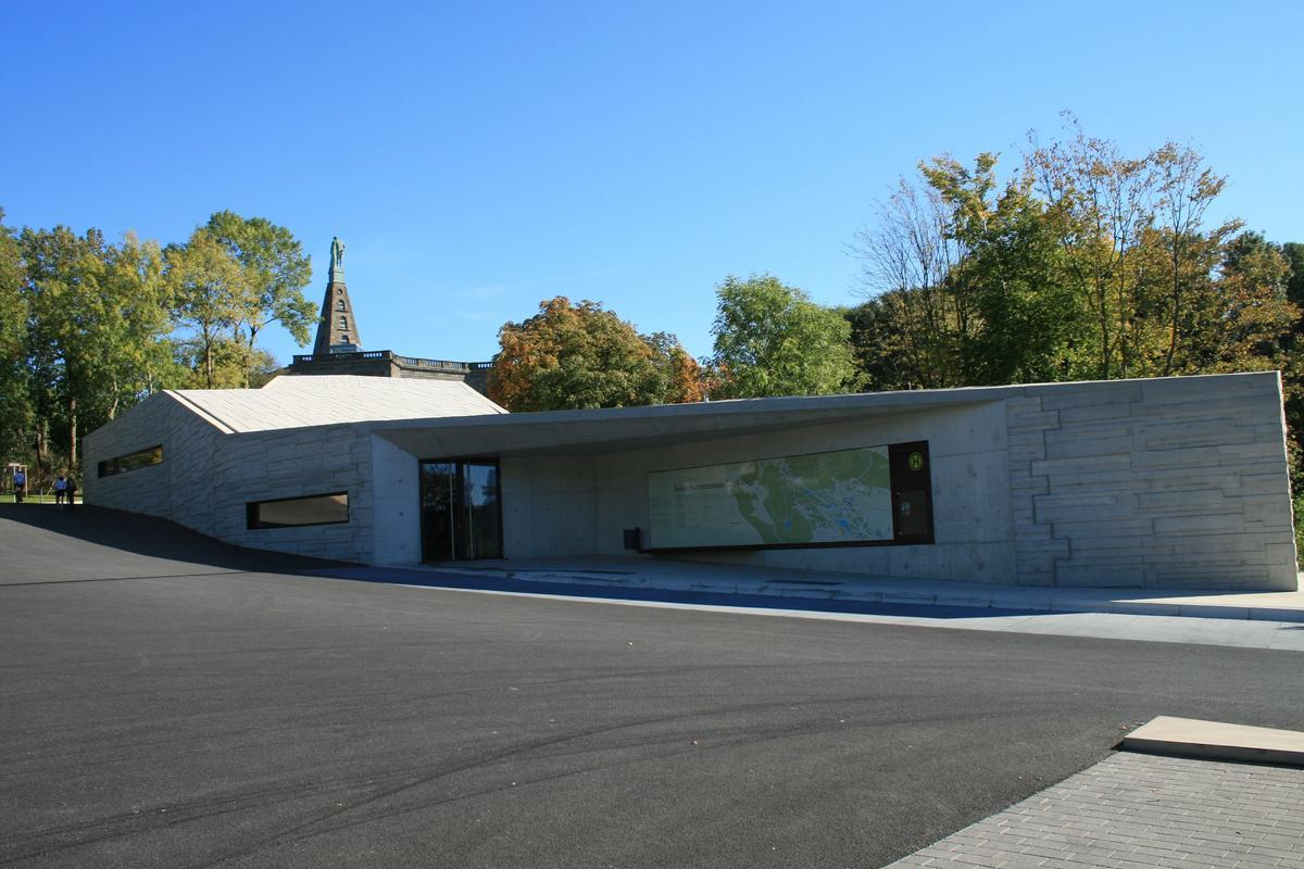 Das neue Besucherzentrum am Herkules in Kassel ist der neue Empfangsort für die zahlreichen Besucher des Bergparks. (Bild 2)