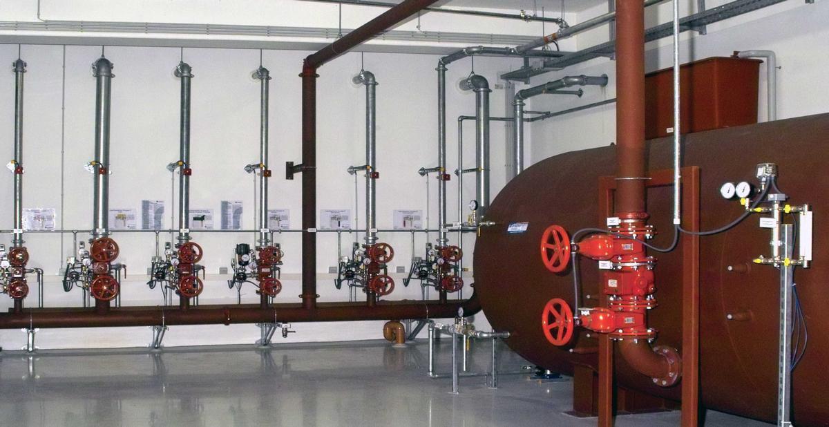 Herzstück des technischen Brandschutzes: Die Sprinklerzentrale mit dem Druckluftwasserbehälter (rechts im Bild)