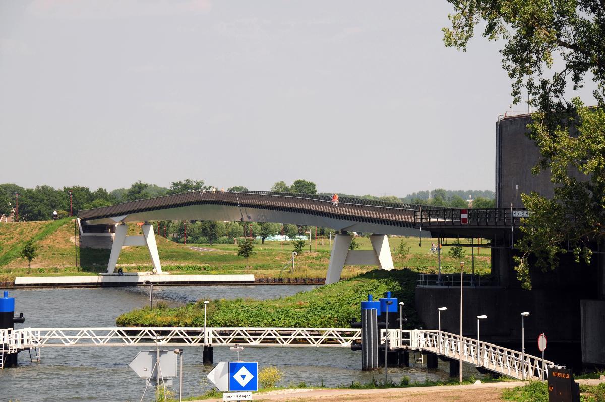 New steel box girder bridge (Heemsteedse brug) across the Amsterdam Rhine canal at Houten/Nieuwegein