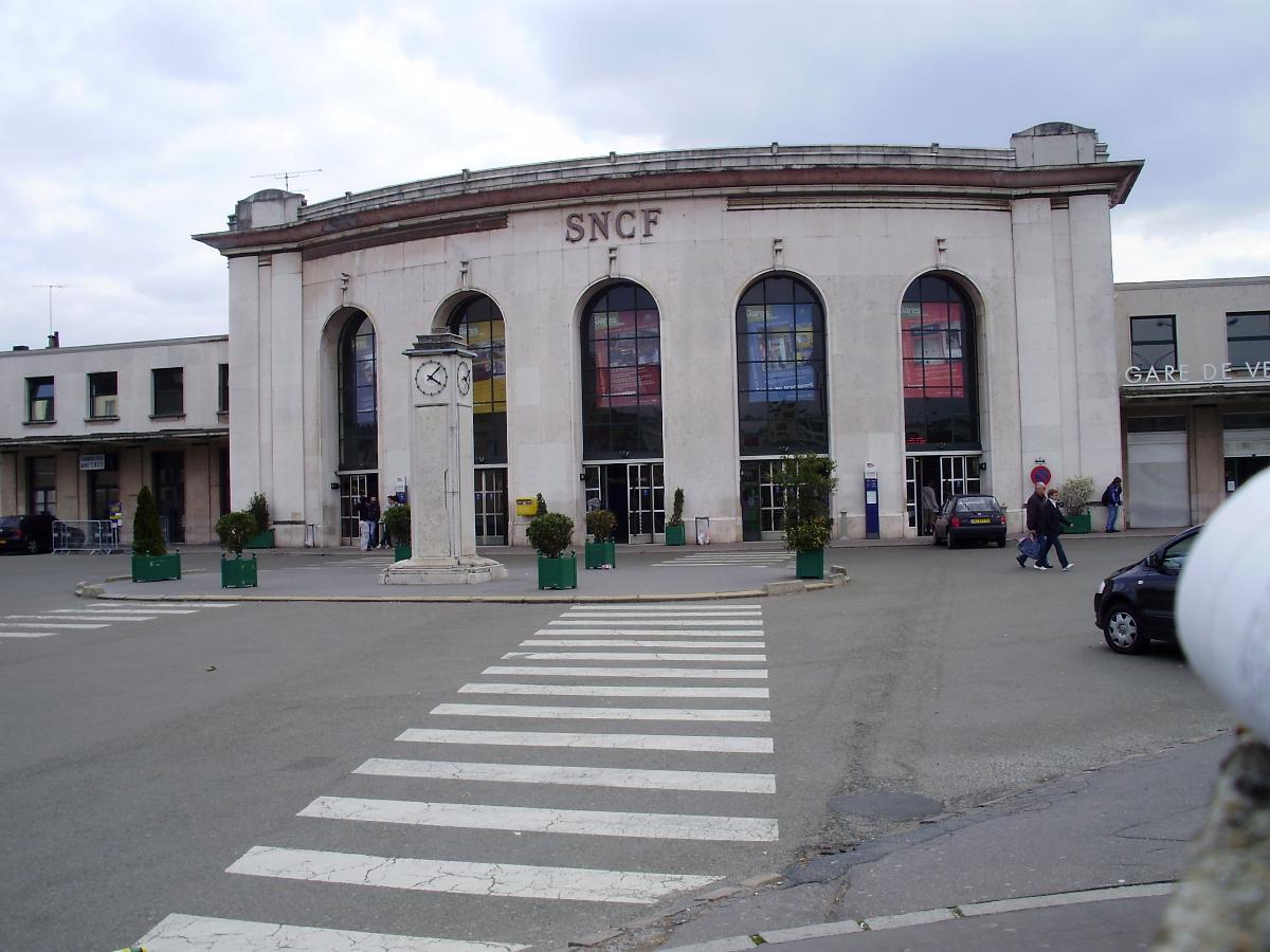 Versailles - Chantiers Railway Station