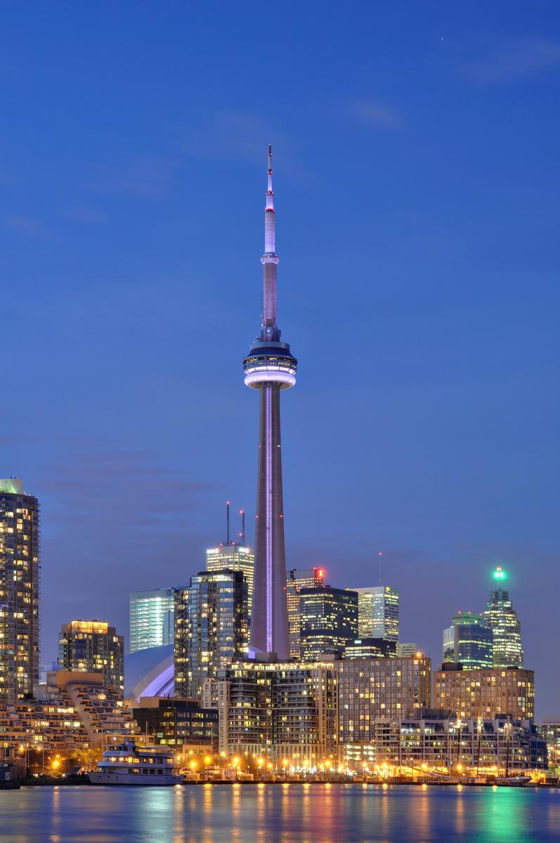 Toronto: Illuminierter CN Tower bei Nacht